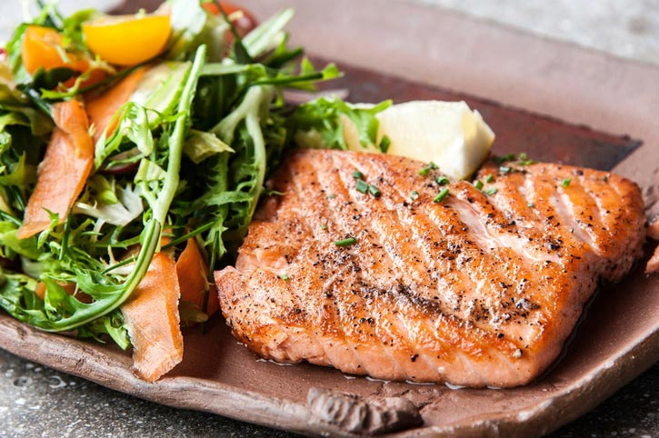 health-benefits-eat-salmon-salad